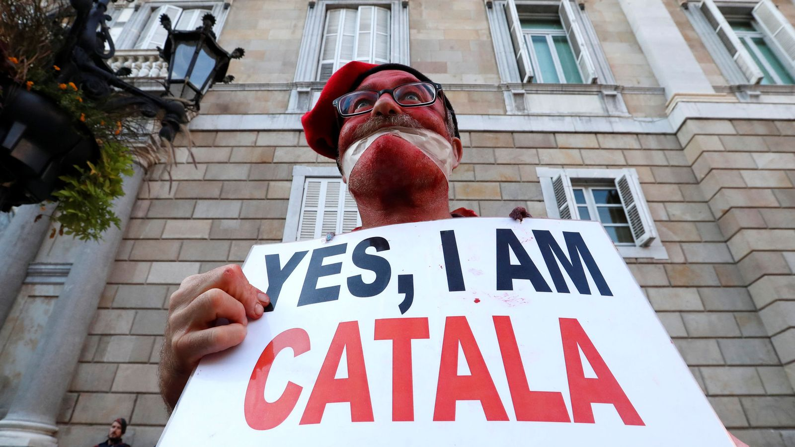 Foto: Un hombre protesta en la plaza Sant Jaume de Barcelona. (Reuters)