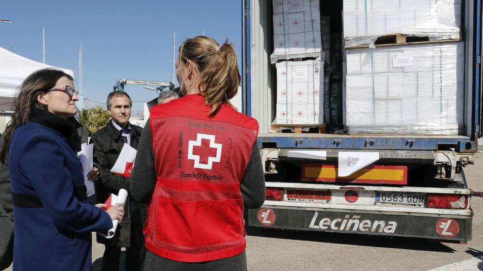 Foto: La vicepresidenta valenciana Mònica Oltra observa los preparativos de un cargamento de ayuda de Cruz Roja con destino a los refugiados sirios, en marzo de 2016. (EFE)