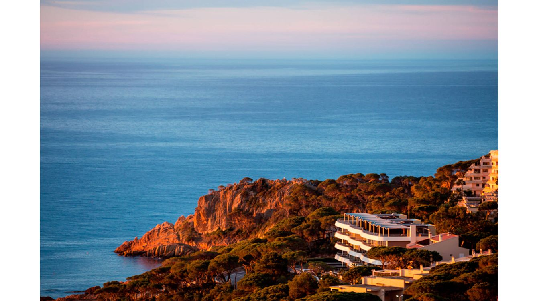 Foto: Situado en Sant Feliu de Guíxols, el hotel muestra en gran contraste entre mar y tierra.
