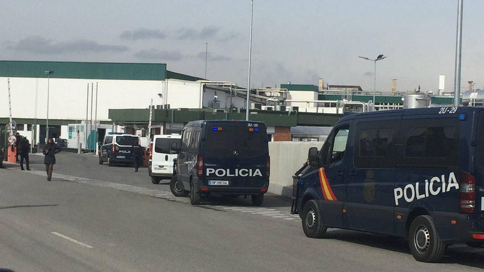 Foto: Varios furgones de policía, en el exterior del matadero Le Porc Gourmet. (@CarniesEnLluita)