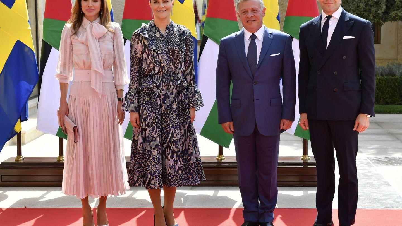 Los herederos suecos junto a los reyes jordanos. (CP)