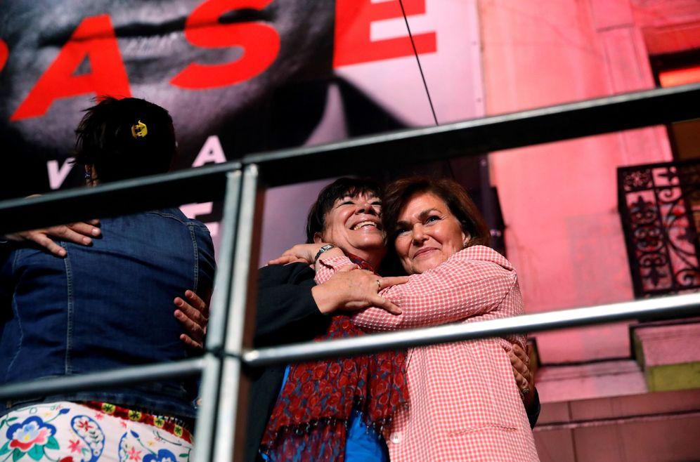 Foto: Cristina Narbona y Carmen Calvo, el pasado domingo celebrando la victoria del PSOE en las generales. (EFE)