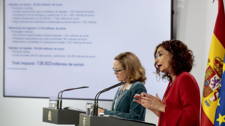 La ministra de Hacienda, María Jesús Montero (d), junto a la de Economía, Nadia Calviño. (EFE)