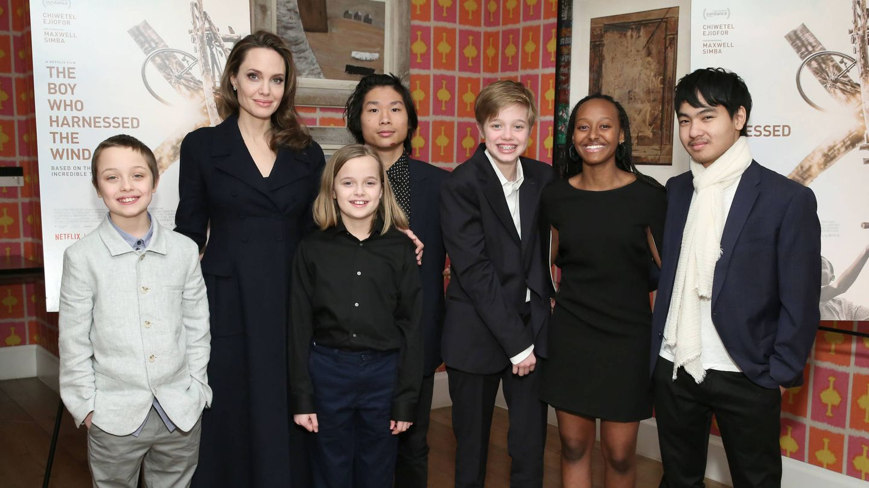 Angelina Jolie, junto a sus seis hijos. (Getty)
