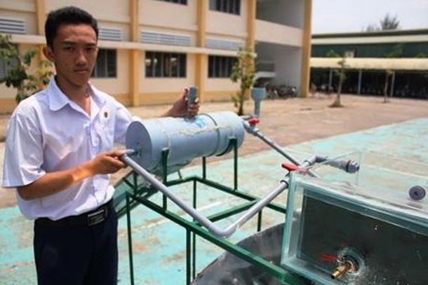Foto: Nguyen Tan Loi con su invento. (VietnamNet Bridge)