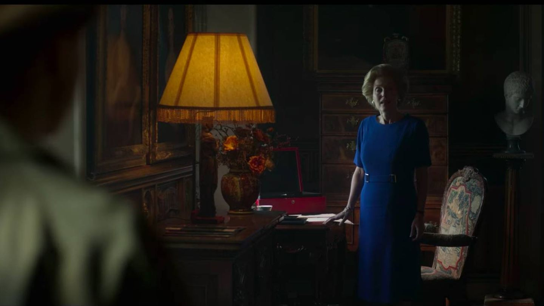 El personaje de Margaret Thatcher, junto a la supuesta silla de la reina Victoria. (Netflix)