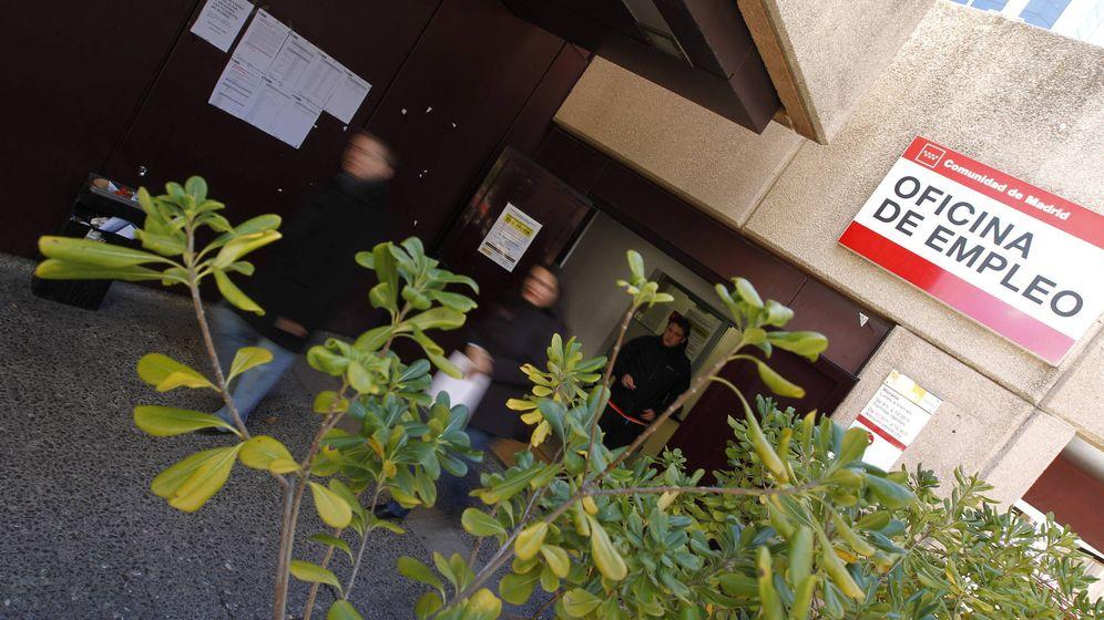 Foto:  Varios personas salen de una oficina del Oficina del Servicio Público de Empleo Estatal en Madrid. (EFE)