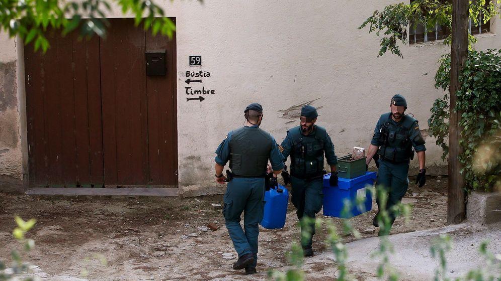 Foto: Agentes de la Guardia Civil con el matrial intervenido. (EFE)