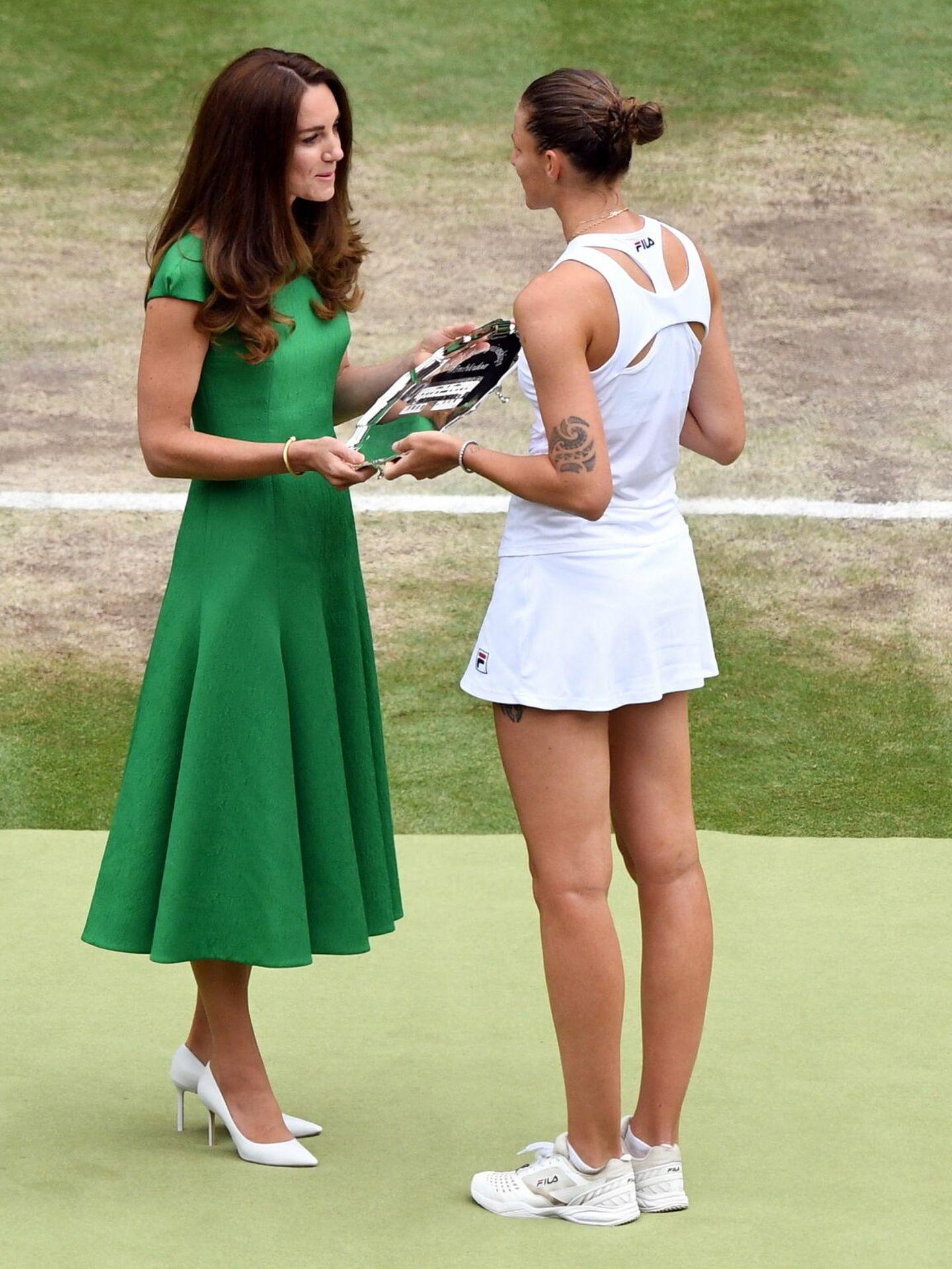 Kate Middleton, entregando uno de los trofeos. (EFE)