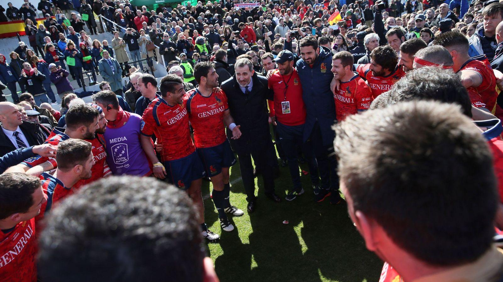 Foto: El Rey, en el corro de la victoria del equipo español. (EFE)