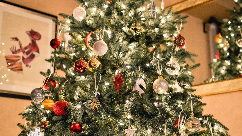 Tu árbol de Navidad puede ser tan elegante como tú con estos adornos de H&M Home
