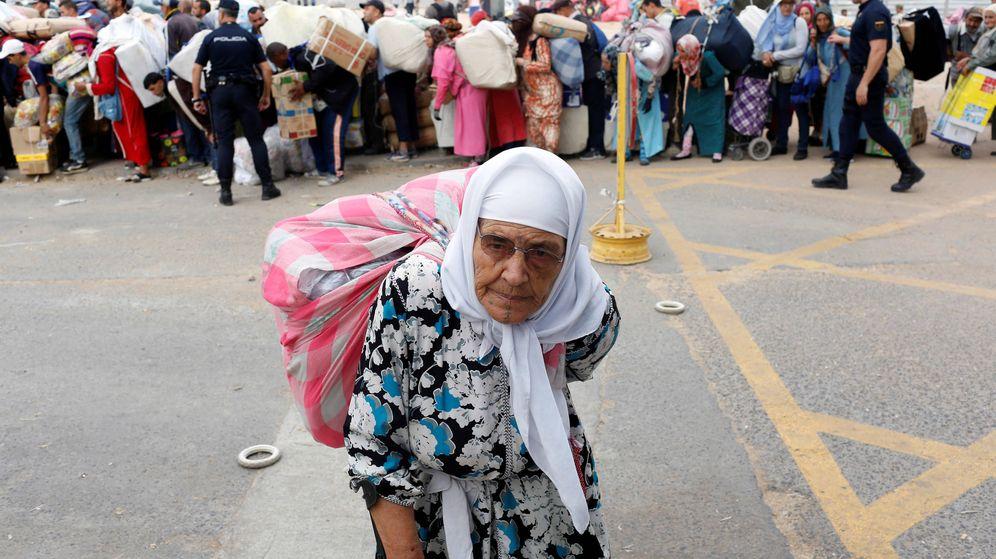 Foto: Una porteadora en Melilla. (EFE)