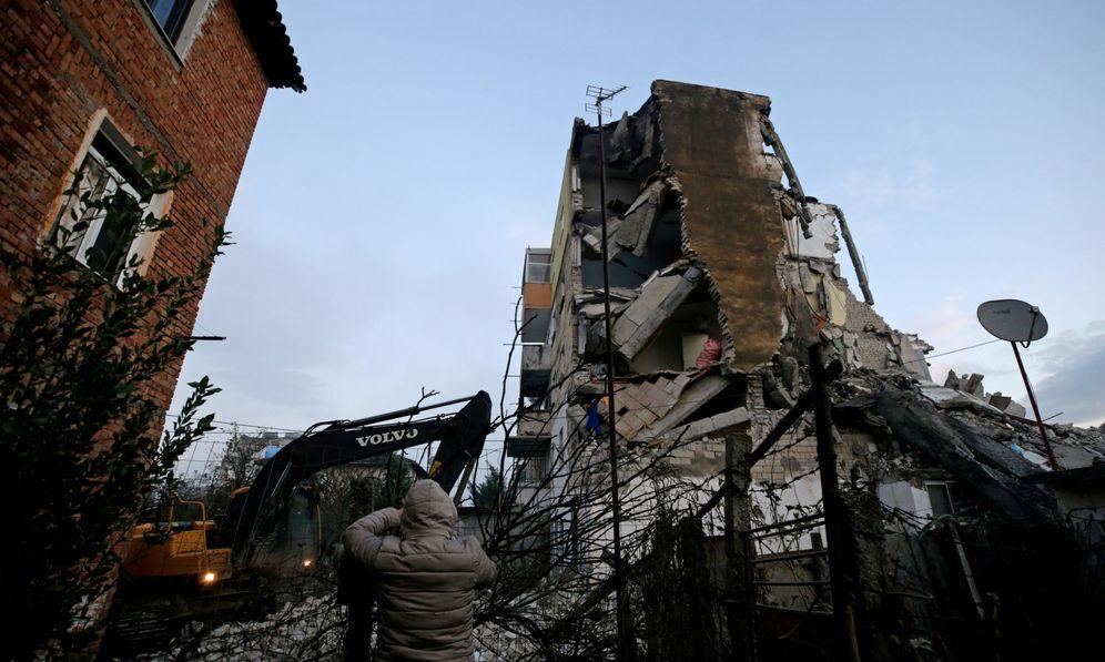 Foto: Equipos de emergencias buscan a víctimas y heridos entre los escombros tras el terremoto en Albania. (Reuters)