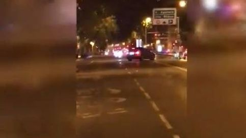 Buscan a los ocupantes de un coche que intentó atropellar a un hombre en Madrid
