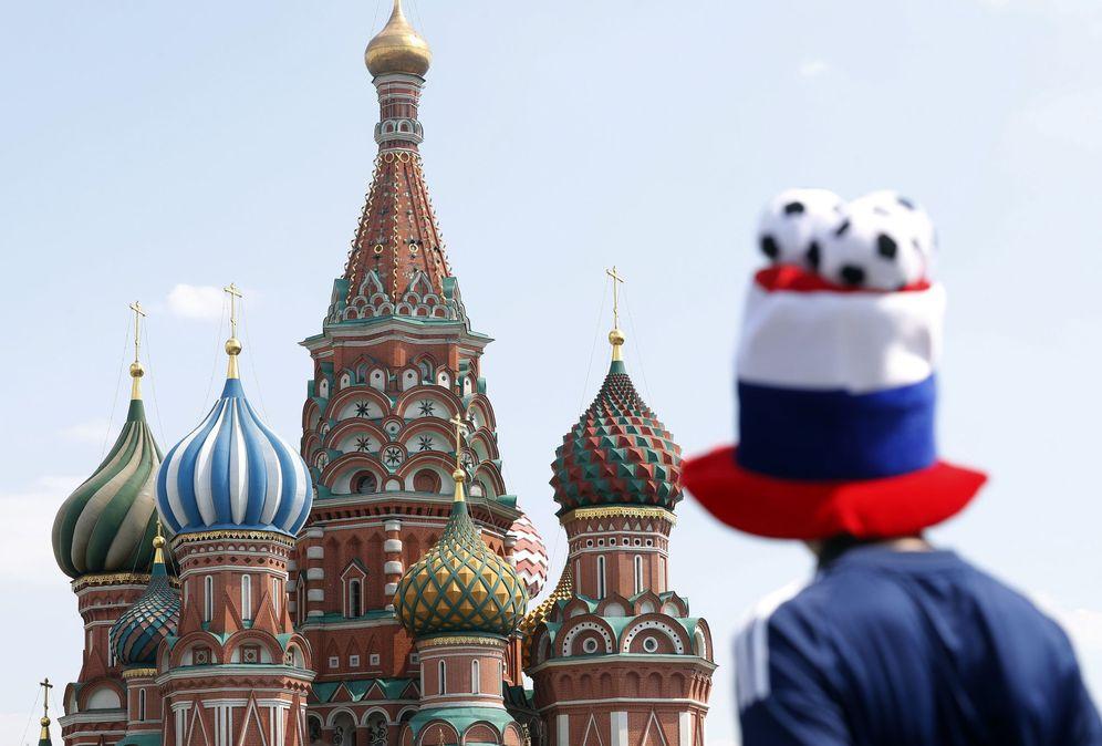 Foto: Un aficionado del Mundial 2018, frente al Kremlin de Rusia | EFE