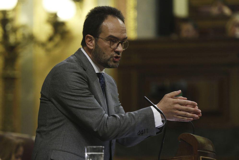 Foto: Antonio Hernando, durante su intervención en el pleno del Congreso de las enmiendas de devolución a los Presupuestos de 2017, este 3 de mayo. (EFE)