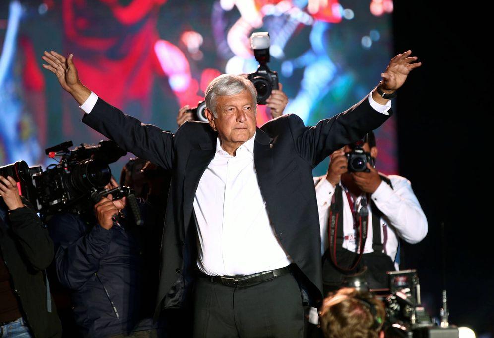 Foto: El candidato Andrés Manuel López Obrador gesticula durante el acto de cierre de campaña en el estadio Azteca, en Ciudad de México. (Reuters)