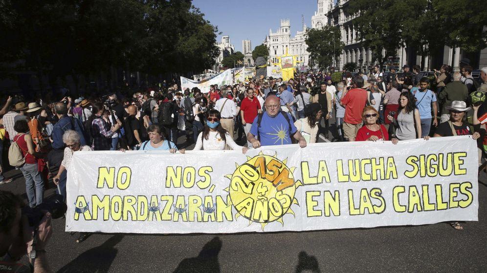 Foto: Manifestación convocada por el 15M con el lema 2015M: No nos amodazarán. La lucha sigue en las calles, este sábado. (Efe)