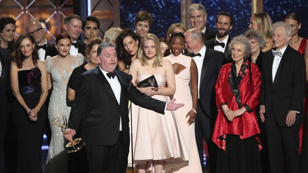 Foto: El equipo de 'The Handmaid's Tale' recogiendo el premio al mejor drama. (Reuters)