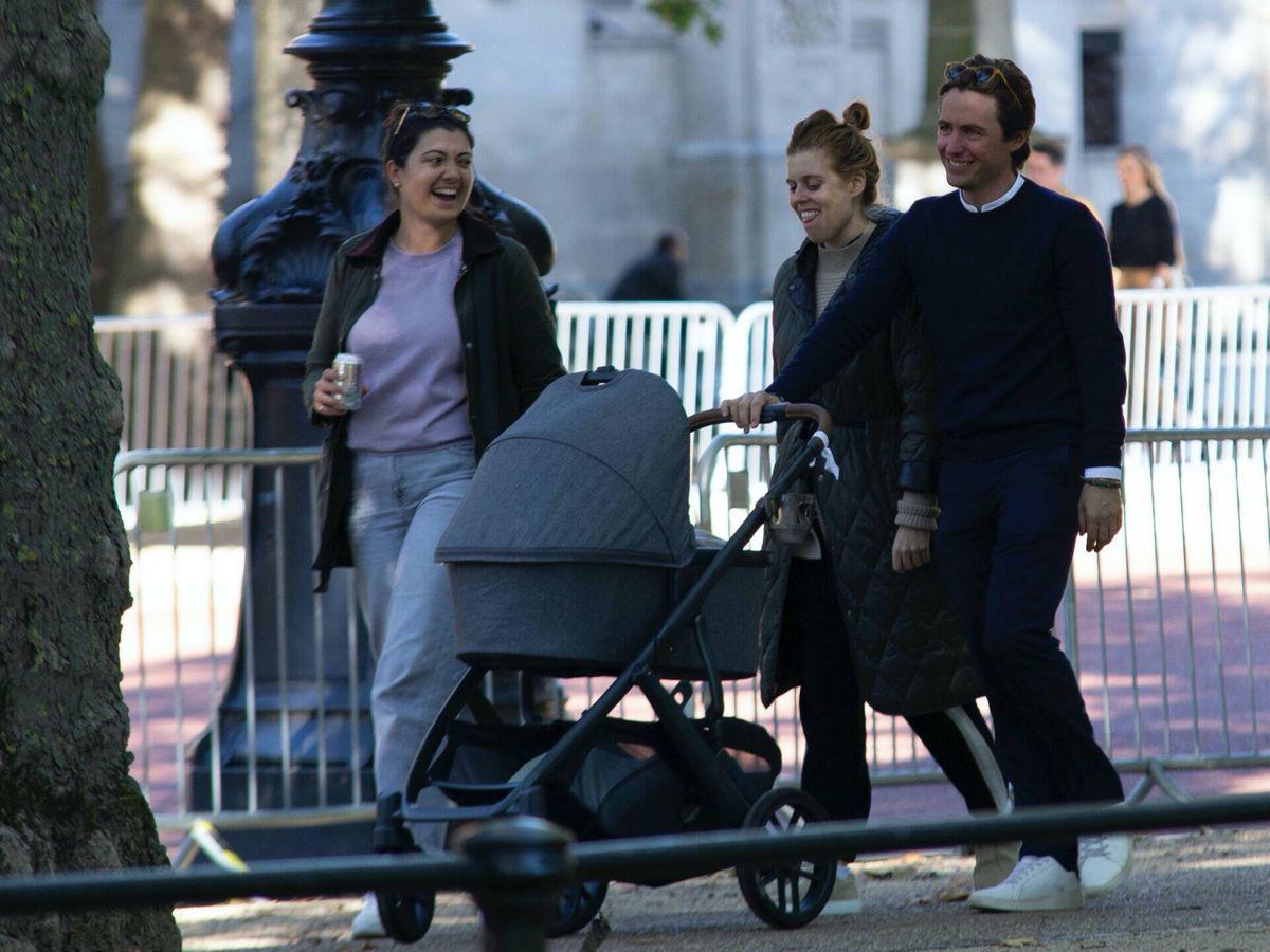 Foto: Beatriz de York y Edo Mapelli, paseando a Sienna. (Gtres)