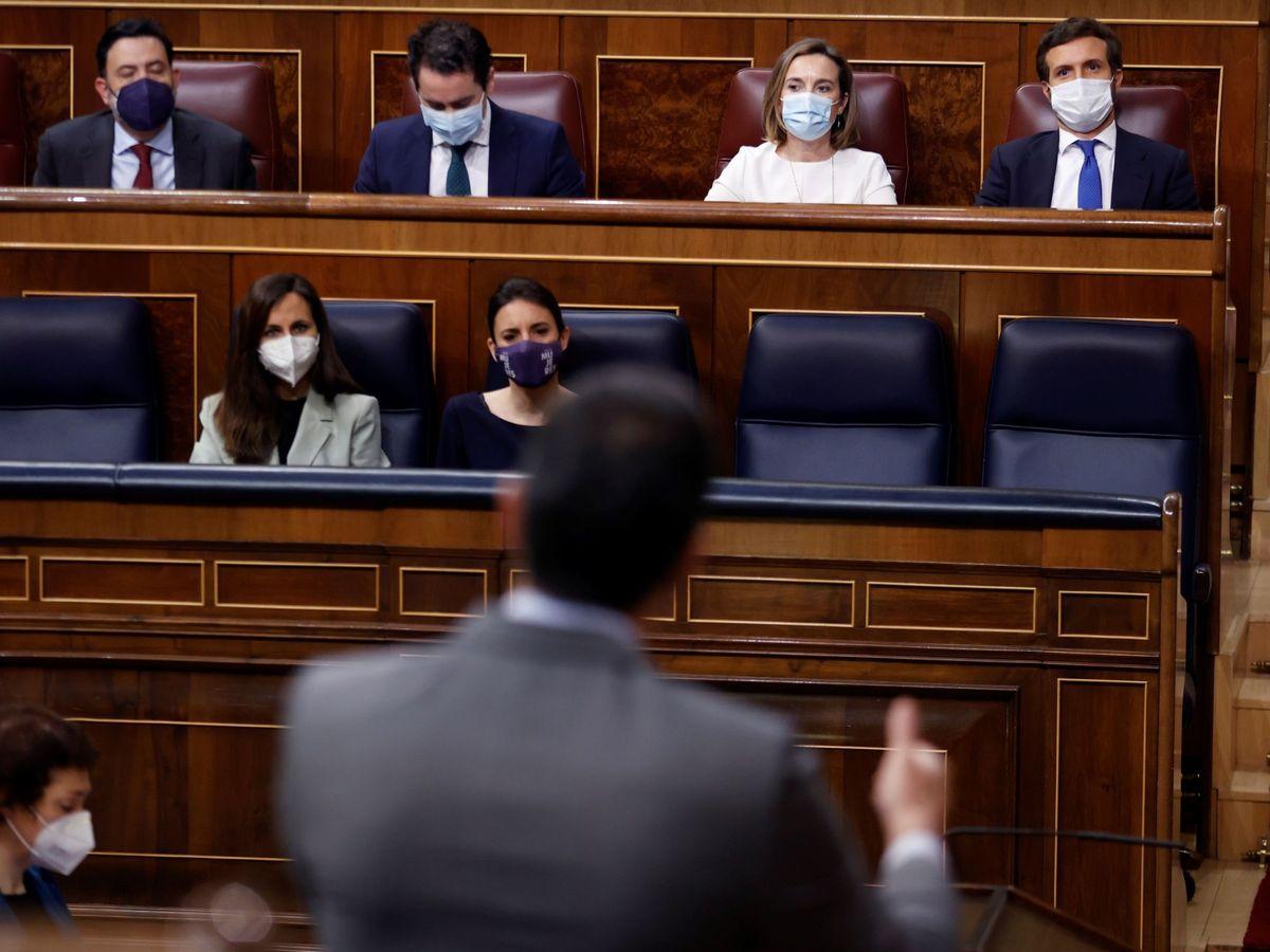 Foto: El líder del PP, Pablo Casado (arriba a la derecha), frente a Sánchez, de espaldas. (EFE)
