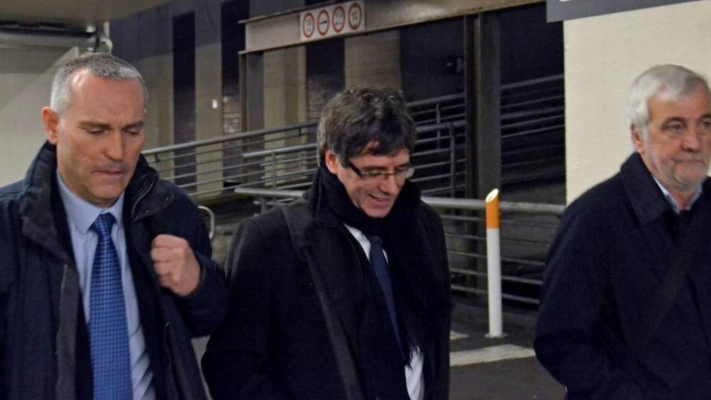 Foto: Lluís Escola, a la izquierda de Puigdemont. (EFE)