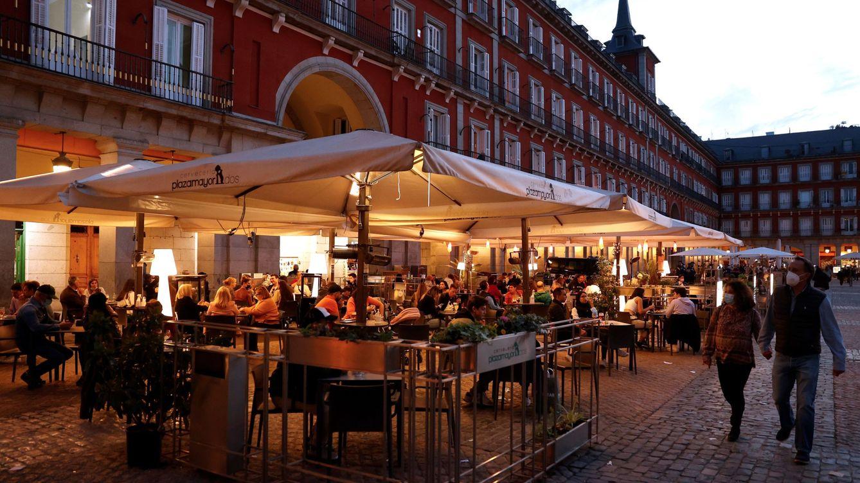 Madrid levanta el toque de queda y los bares cerrarán a las 00:00 tras el fin de la alarma
