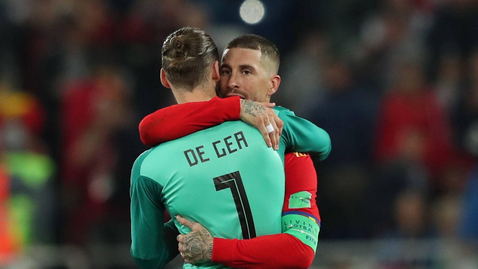 Foto: Abrazo entre Ramos y De Gea al final del España-Marruecos. (EFE)