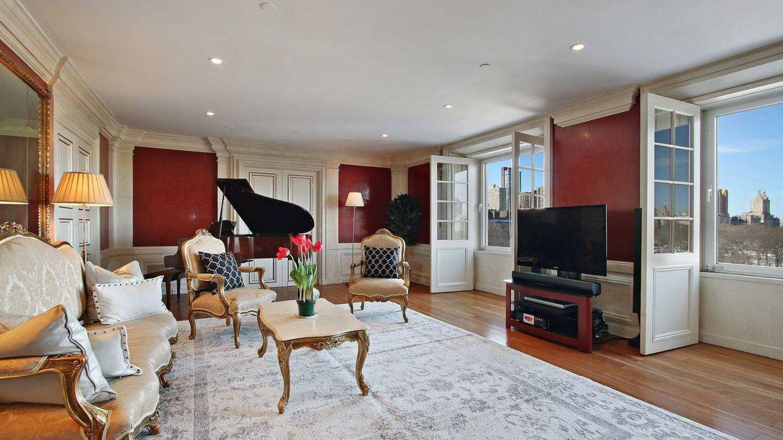Salón del apartamento de Bowie con vistas a Central Park. (Corcoran)