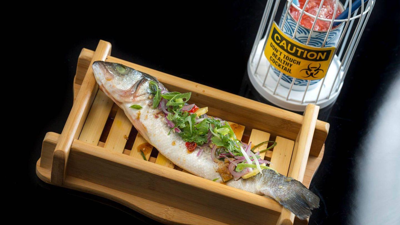 Lubina estilo Tamsui cocinada en cuatro cocciones con majado al momento y hierbas frescas