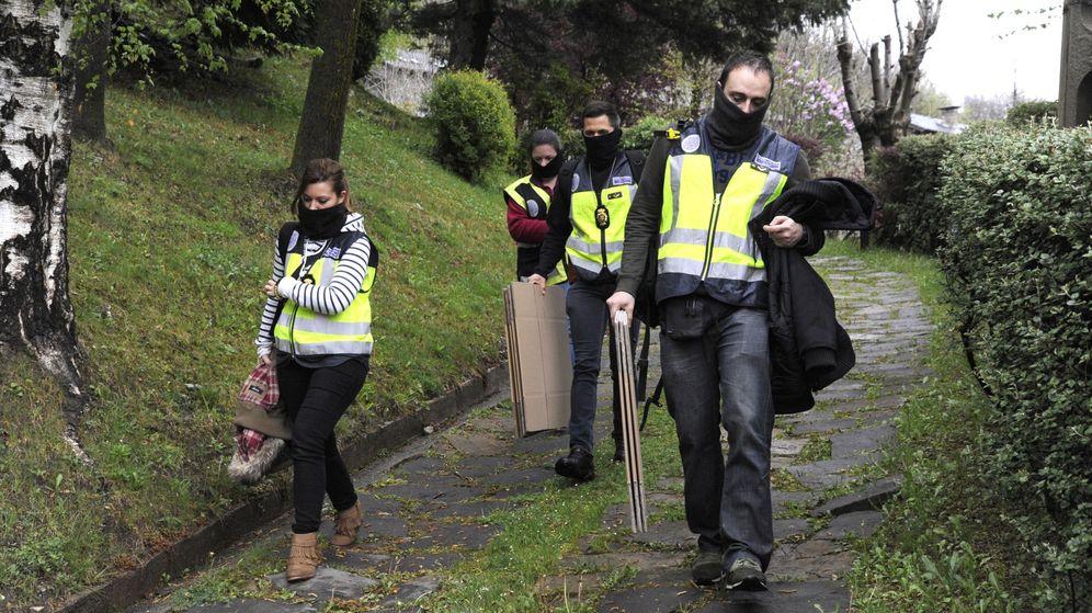 Foto: La Policía registra la vivienda familiar de los Pujol en Queralbs. (EFE)
