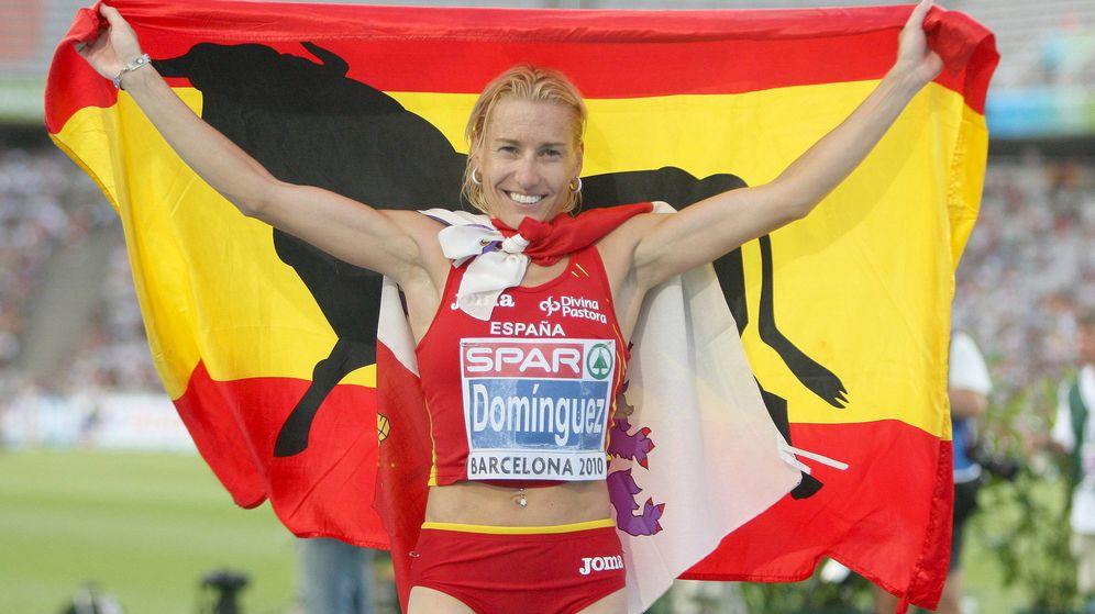 Foto: Marta Domínguez posa tras ganar la plata europea en Barcelona 2010. La sanción le quitó esa medalla. (EFE)