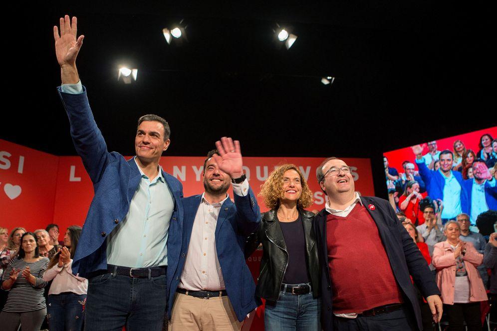Foto: Pedro Sánchez, con el alcalde de Badalona, Àlex Pastor, Meritxell Batet y Miquel Iceta, este 18 de abril en la localidad barcelonesa. (EFE)