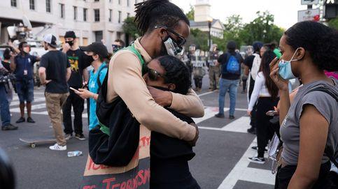 El abrazo entre un policía blanco de Miami y una activista negra se hace viral