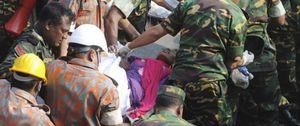 Rescatada una mujer con vida 16 días después del derrumbe en Bangladesh