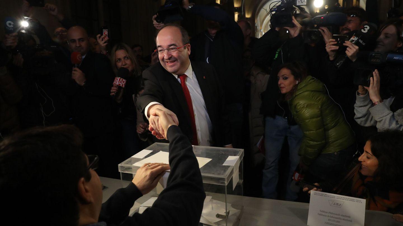 El líder del PSC, Miquel Iceta, en el momento de votar en su colegio electoral de Barcelona. (EFE/Javier Etxezarreta)