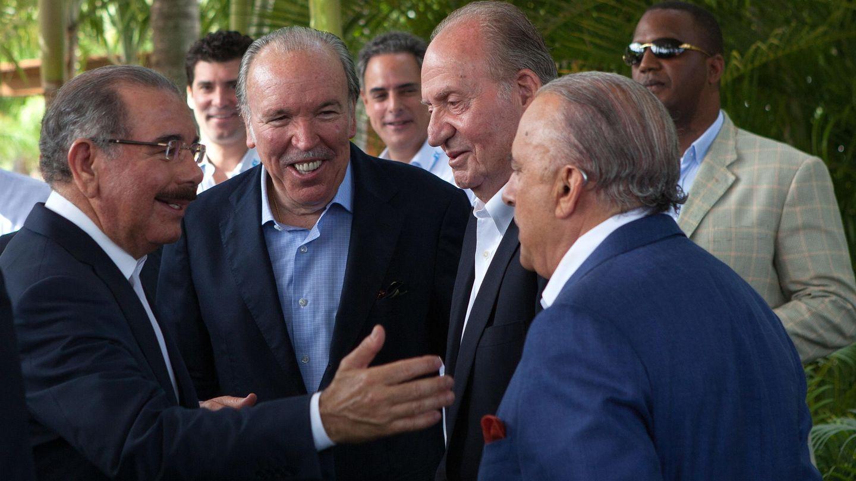 El rey Juan Carlos de Españan en La Romana, en 2015, en un encuentro con empresarios y el presidente dominicano. (EFE)