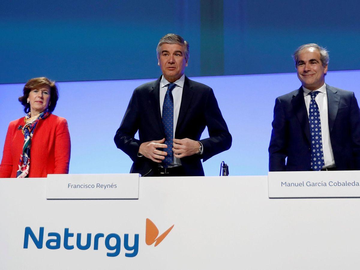 Foto: El presidente de Naturgy, Francisco Reynés (c), la consejera, Helena Herrero (i) y el secretario general y del consejo, Manuel García Cobaleda. (EFE)