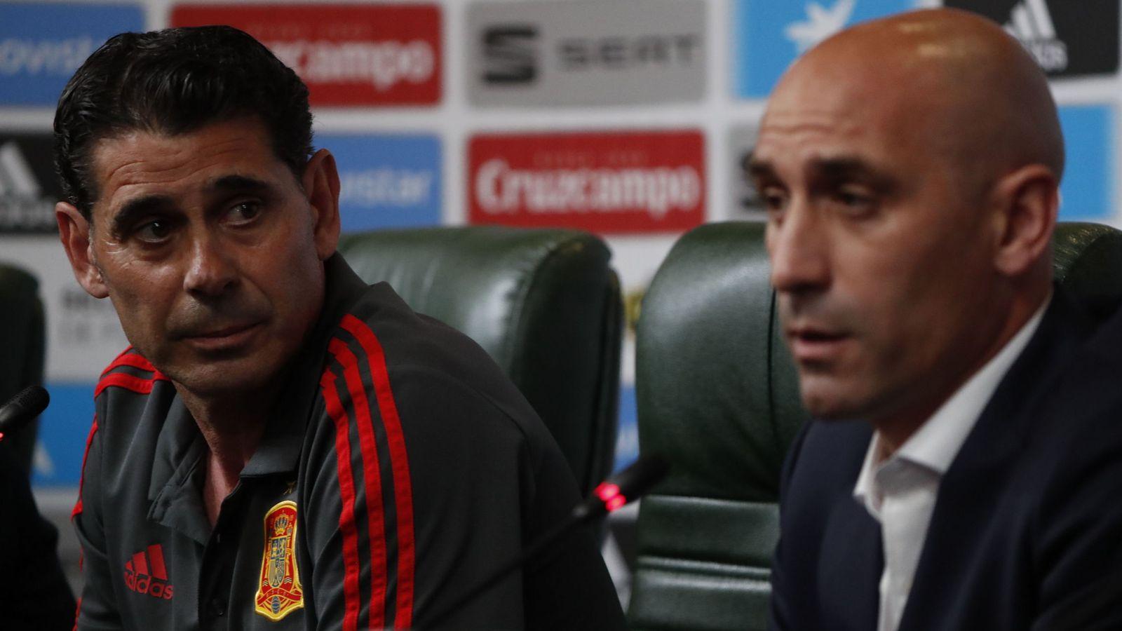 Foto: Fernando Hierro, junto a Luis Rubiales, el día de su presentación como seleccionador. (Reuters)