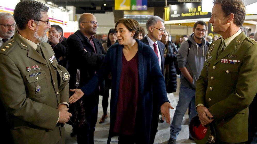 Foto: La alcaldesa de Barcelona, Ada Colau, conversa con dos mandos militares. (EFE)