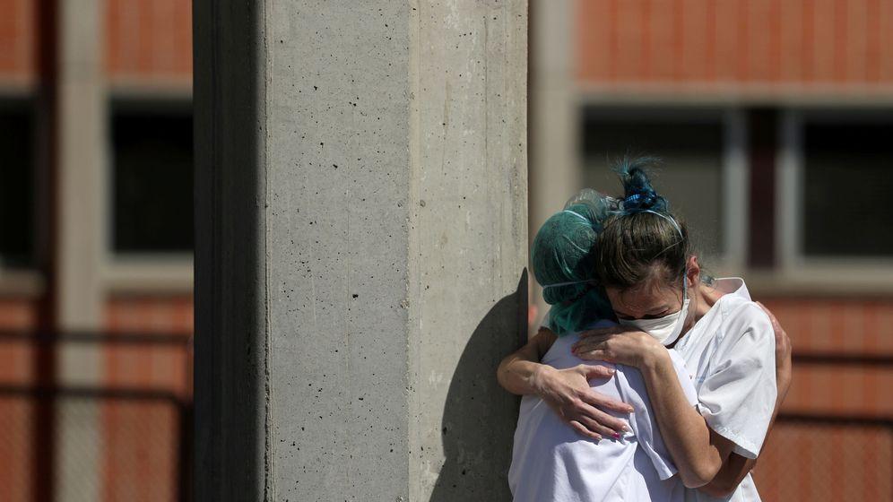 Foto: Dos trabajadoras se abrazan a las puertas del Severo Ochoa de Leganés. (Reuters)