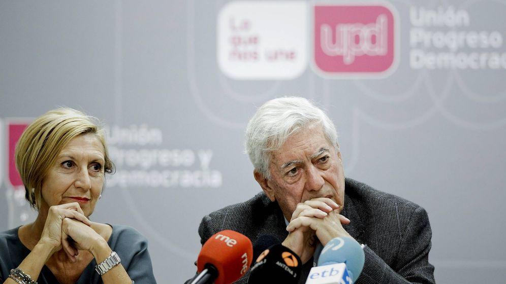 Foto: La líder de UPyD, Rosa Díez, y el premio Nobel de Literatura, Mario Vargas Llosa, en 2012 (EFE)