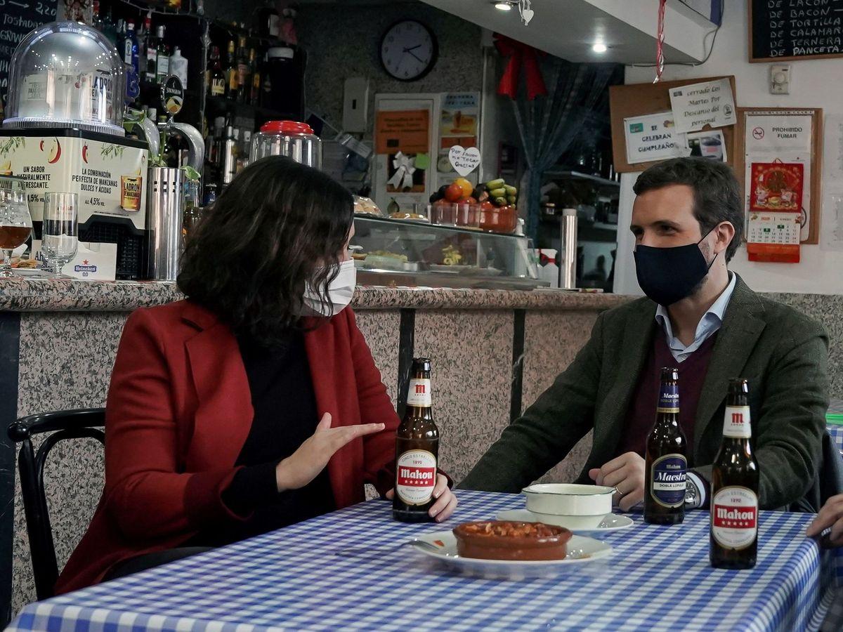 Foto: Ayuso y Casado en un bar en Móstoles. (EFE)