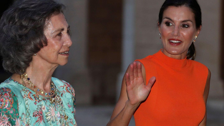 La reina Letizia, acompañada por la reina Sofía, antes de presidir la recepción en el Palacio de La Almudaina. (EFE)