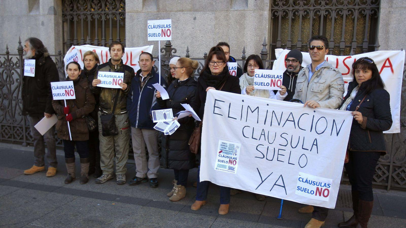 Foto: Concentración que miembros de la plataforma de afectados por las cláusulas suelo (Foto: Efe).