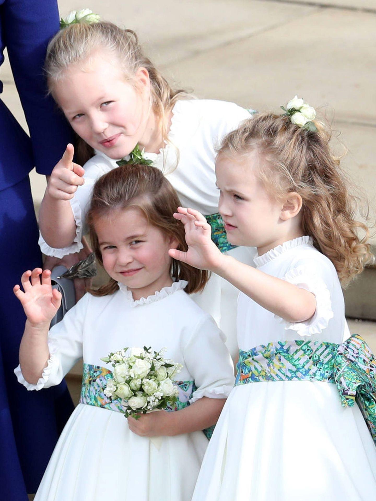 Savannah Phillips (en la parte superior de la imagen) durante la boda de Eugenia de York y Jack Brooksbank. (Getty)