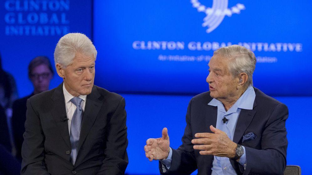 Foto: El gestor de 'hedge funds' más conocido del mundo, George Soros, junto a Bill Clinton. (Reuters)