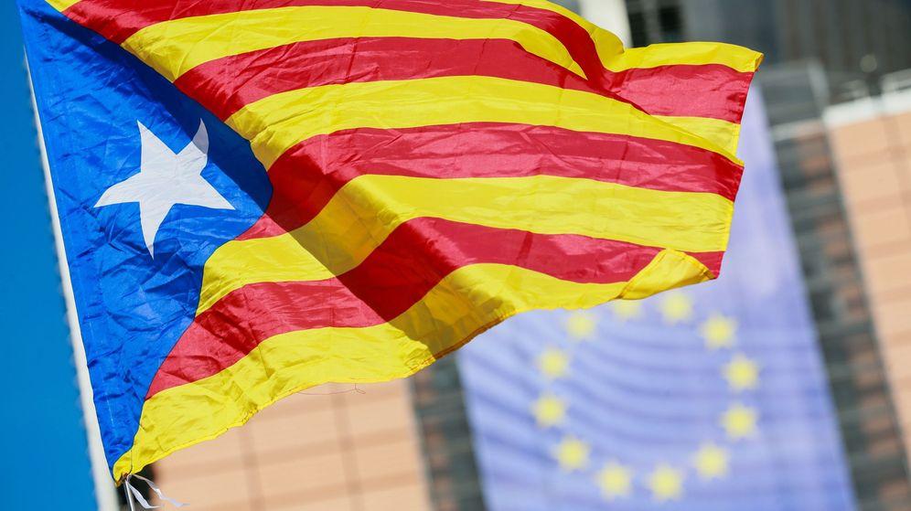 Foto: Una estelada, con la bandera europea de fondo. (EFE)