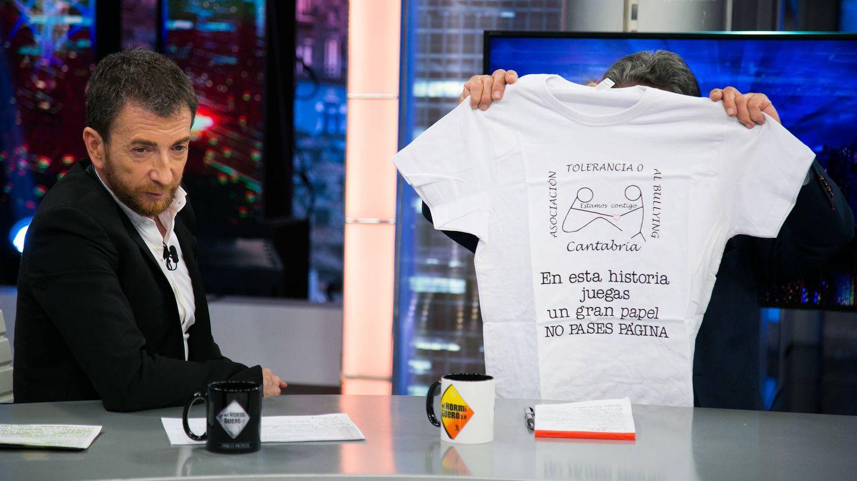 Miguel Ángel Revilla muestra a cámara una camiseta solidaria contra el bullying. (Atresmedia)