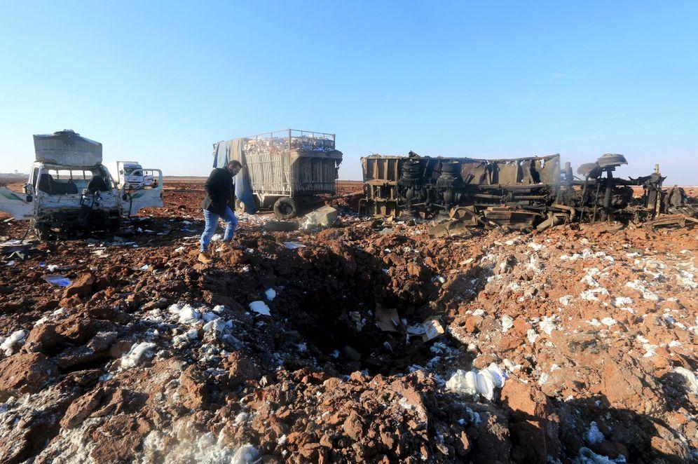 Foto: Un hombre inspecciona el cráter dejado por un bombardeo aéreo de la aviación rusa en Karf Naseh, en la provincia de Alepo, el 26 de diciembre de 2015 (Reuters)